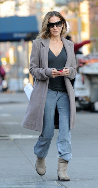 Sarah Jessica Parker goes for a walk in the West Village in New York City. Pictured: Sarah Jessica Parker Ref: SPL331918 081111 Picture by: Jason Winslow / Splash News Splash News and Pictures Los Angeles: 310-821-2666 New York:212-619-2666 London: 870-934-2666 photodesk@splashnews.com